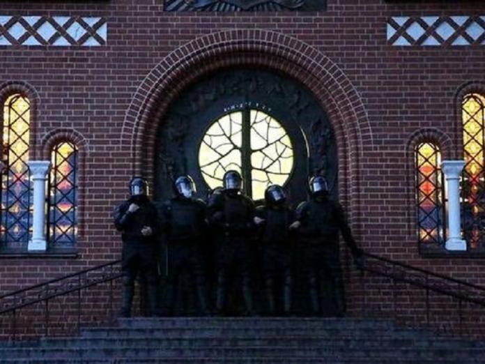 Policía bielorrusa templo católico