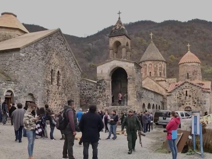 Cristianos obligados a abandonar monasterios