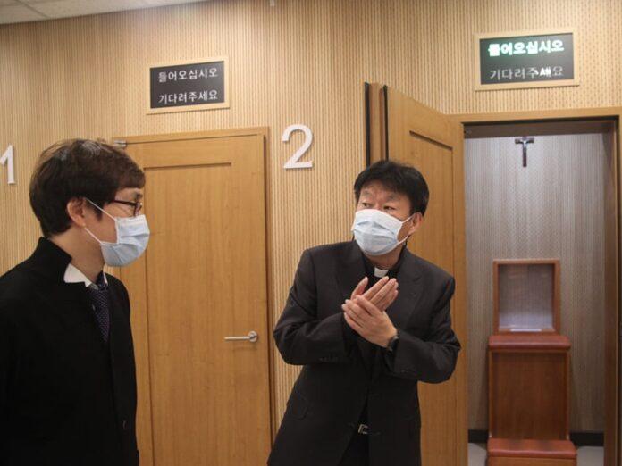 Confesionarios anti-COVID en catedral de Corea del Sur