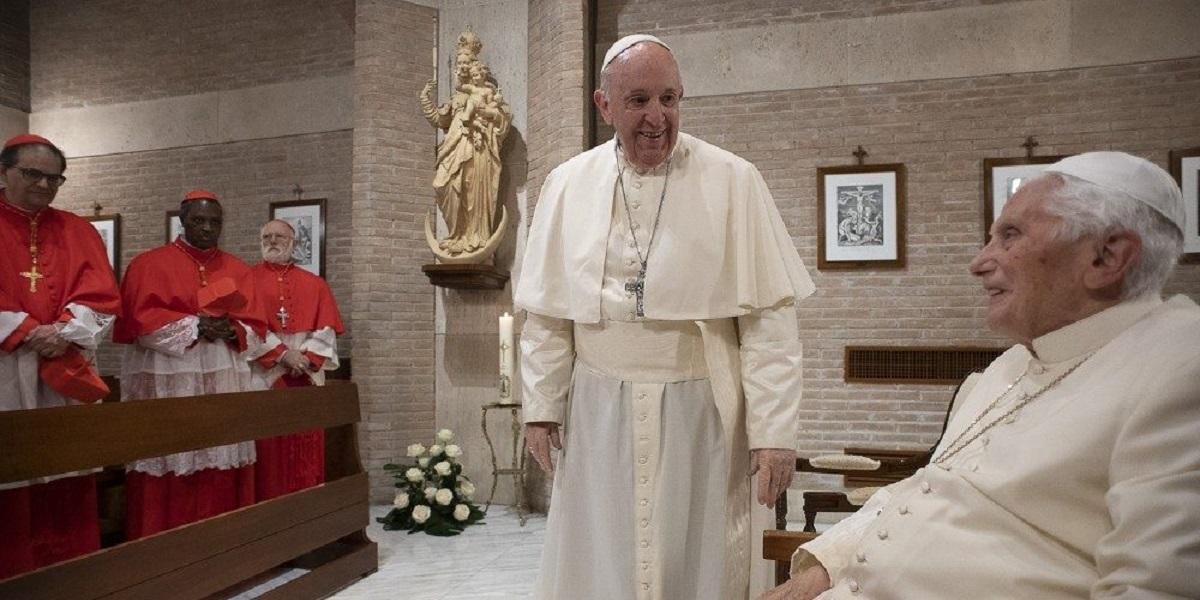 Francisco y nuevos cardenales visitan a Benedicto XVI