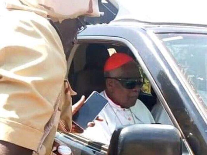 Liberan al cardenal camerunés Tumi