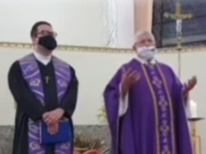 Destituyen a sacerdote que 'concelebró' Misa con pastor evangélico