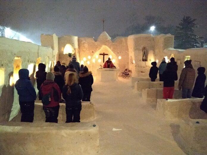 Misa capilla hecha de hielo
