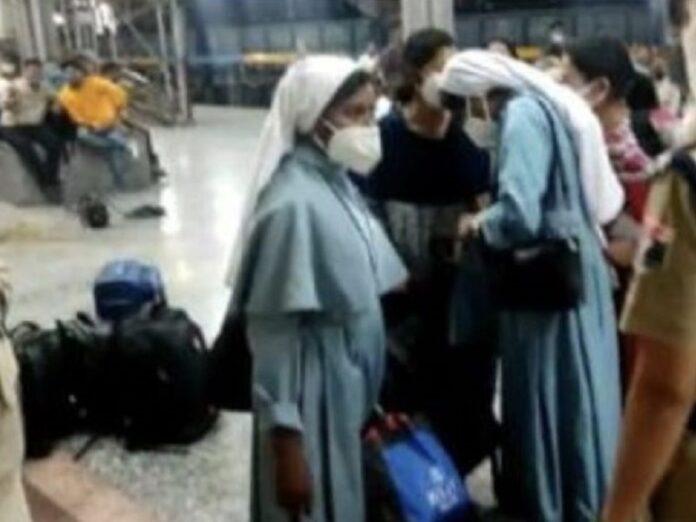 Hinduistas expulsan del tren