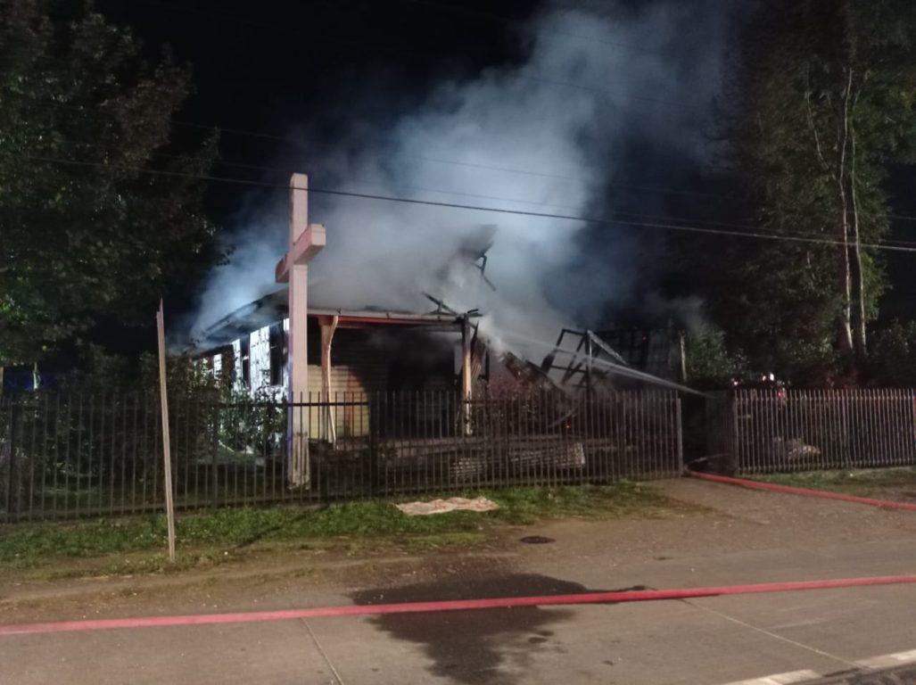 Incendian iglesia en Chile con bombas