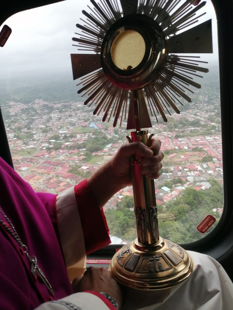 Arzobispo bendijo Panamá con el Santísimo