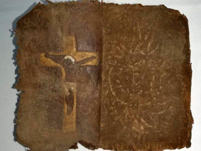 Recuperan antigua Biblia manuscrita