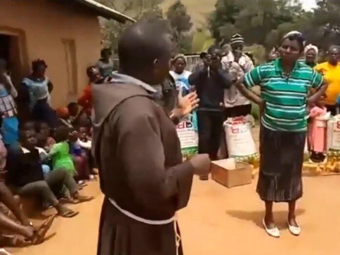 Frailes capuchinos asisten a niños