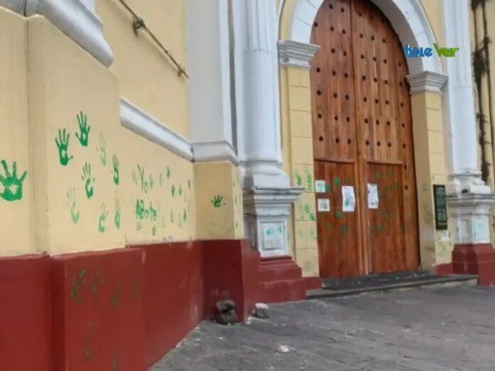 Ultrafeministas vandalizan catedral de Xalapa