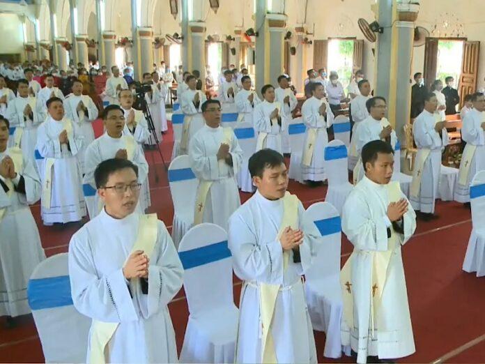 Obispo de Vietnam ordena 34
