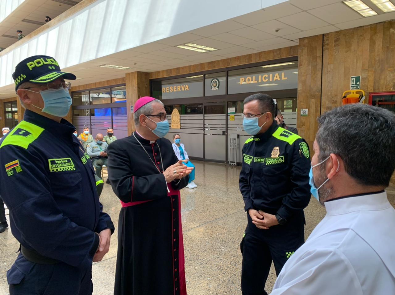 Obispo castrense de Colombia dona