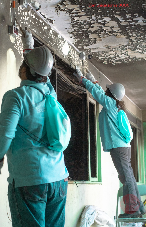 Jóvenes ayudan a reconstruir la iglesia