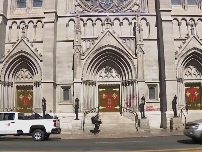 Vandalizan catedral de Denver con pintadas
