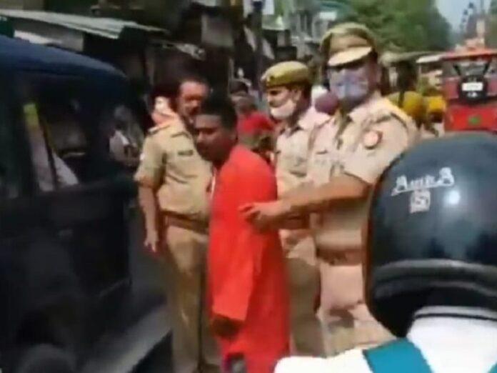 Hinduistas arrastran a 2 religiosas