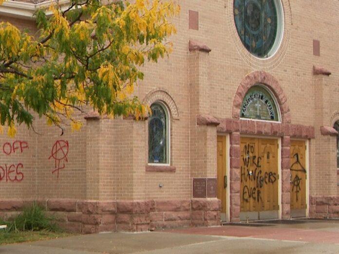 Vandalizan con pintadas abortistas templo